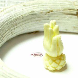 Kunststoffperle Lotus Buddhas Hände Mala 30×13 mm cremeweiß