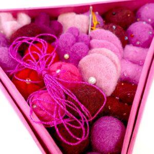 Set di perline in feltro con ago e filo rosa