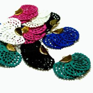 Pendentif pompon «paon» 40×25 mm 5 couleurs